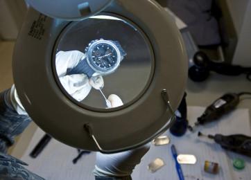 Limpeza e lubrificação da máquina de um relógio