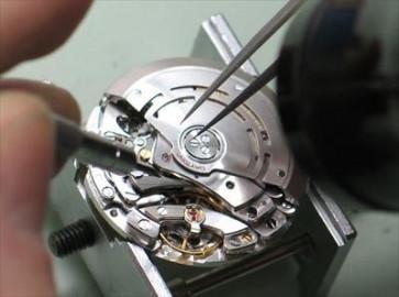 Substituição de uma pequena máquina de um relógio (primeiramente precisa enrolar)